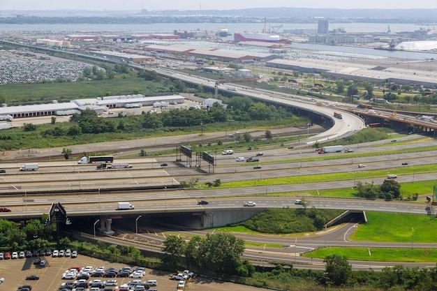 Podniesiona droga ekspresowa krzywej mostu wiszącego, widok z lotu ptaka malowniczej drogi newark nj usa