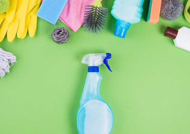 Podniesiony widok butelki z rozpylaczem w pobliżu różnych przedmiotów do czyszczenia