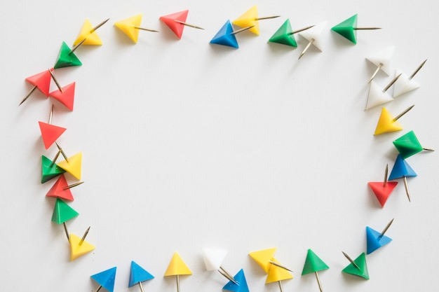Podniesiony widok kolorowe trójkątne kształcie push pins tworząc ramkę