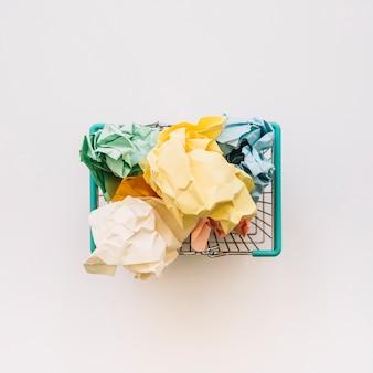 Podniesiony widok kosza wypełnionego pogniecionymi papierami