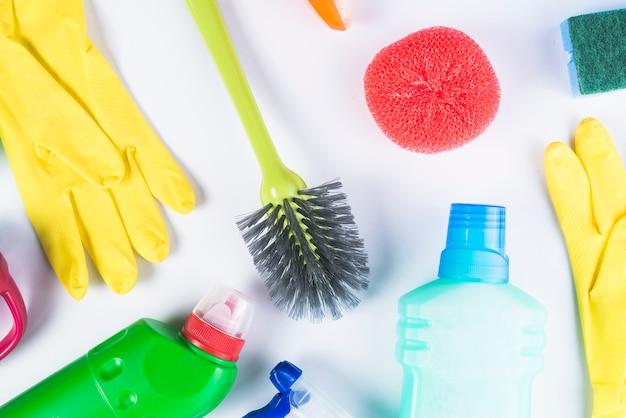 Podniesiony widok rozpraszający cleaning equipments na popielatym tle