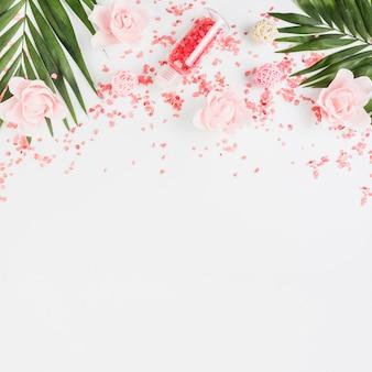 Podniesiony widok soli himalajskiej; liście i kwiaty na białym tle