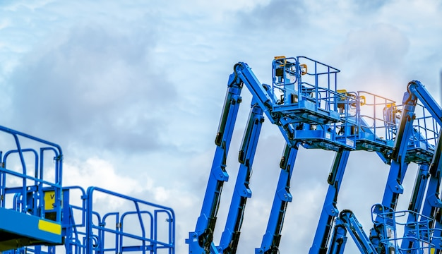 Podnośnik przegubowy na tle błękitnego nieba.