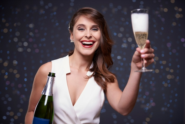 Podnosząc szklankę, by wznieść toast