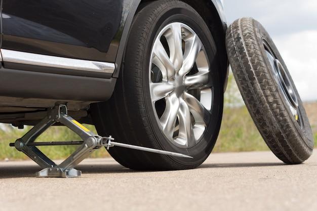 Podnoszenie samochodu, aby zmienić oponę