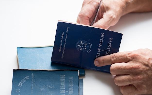 Podpisanie brazylijskiego portfela pracowniczego.