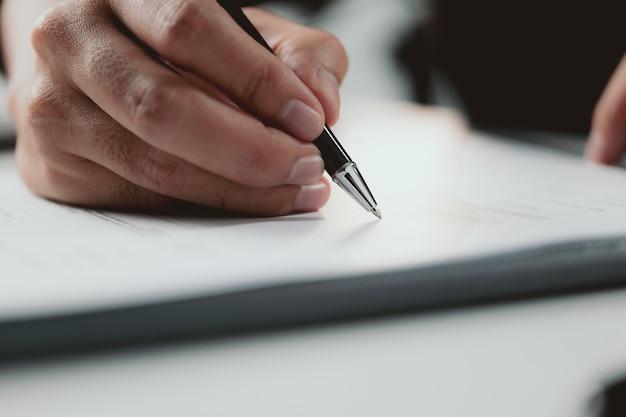 Podpisanie umowy biznesmen podpisując umowę inwestycyjną profesjonalny dokument umowa