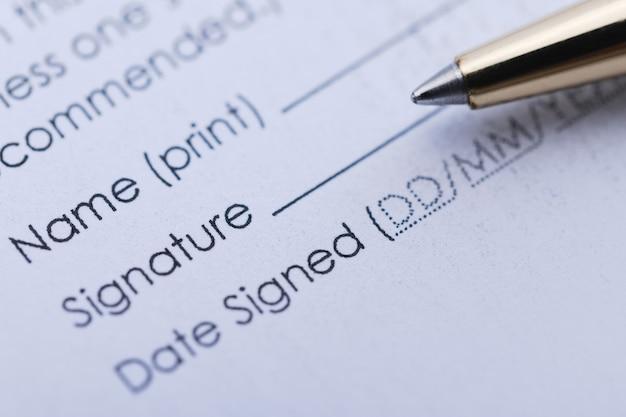 Podpisanie umowy handlowej. dokument w postaci pióra i arkusza.