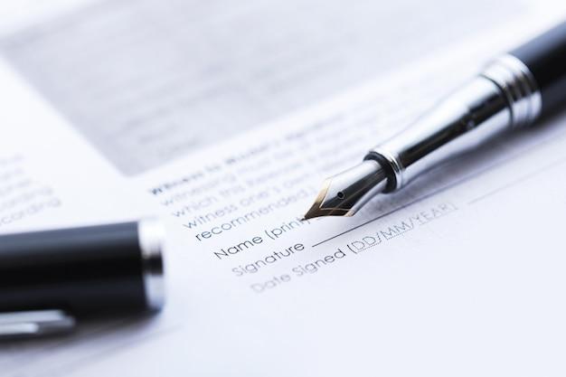 Podpisanie umowy handlowej. wieczne pióro i dokument arkuszowy.