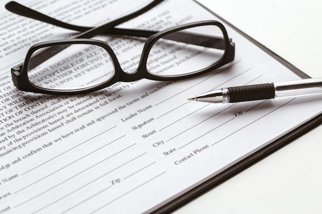 Podpisanie umowy prawnej - kupuj umowę sprzedaży nieruchomości