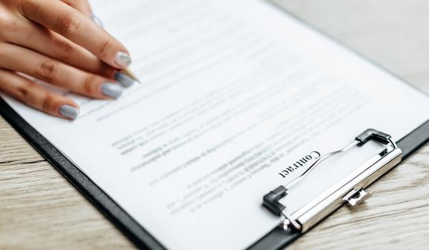 Podpisuje kobieta biznesu dokumenty biznesowe
