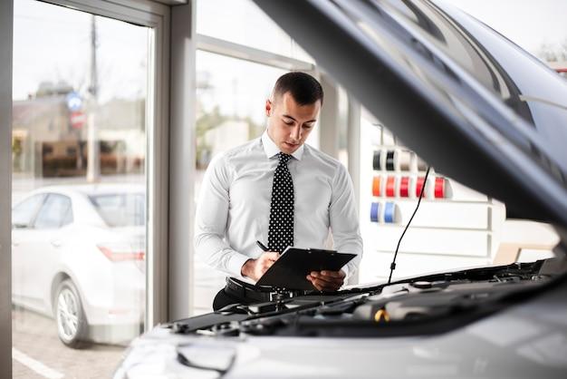 Podpisywanie dokumentów przez dealera samochodowego