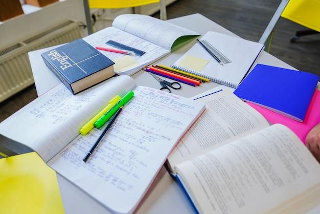 Podręczniki i notatniki na stole