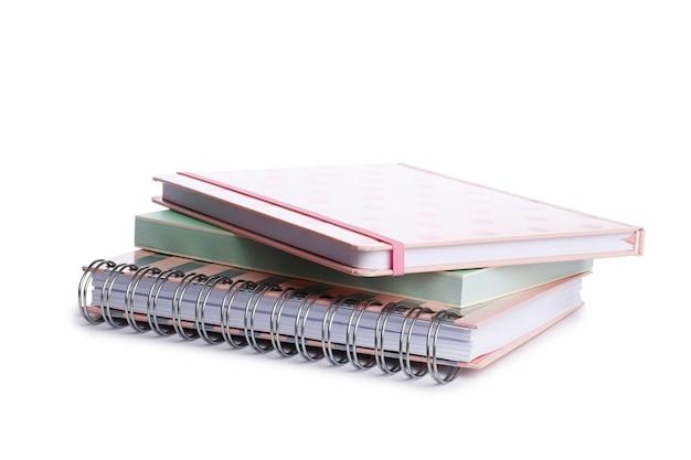 Podręczniki szkolne i zeszyty na białym tle