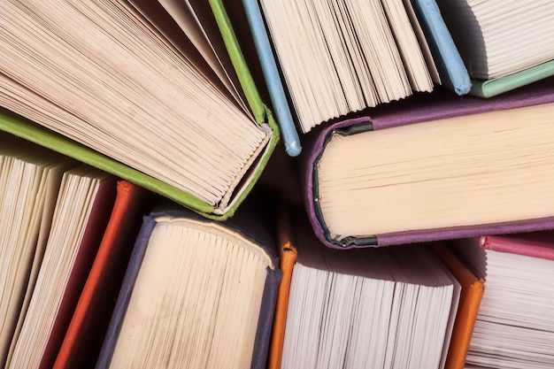 Podręczniki szkolne z bliska na tle