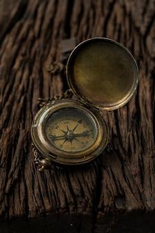 Podróż kompasu nawigatora podróży do miejsca docelowego na tle wwod