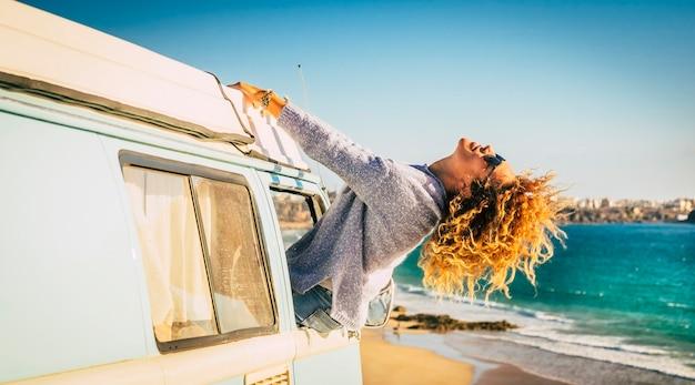 Podróż i szczęście, styl życia i letnie wakacje z van kędzierzawą blond kobietą