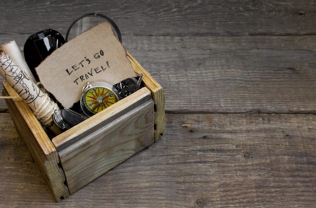 Podróż i wakacje, tło drewniane pudełko, kompas, mapa