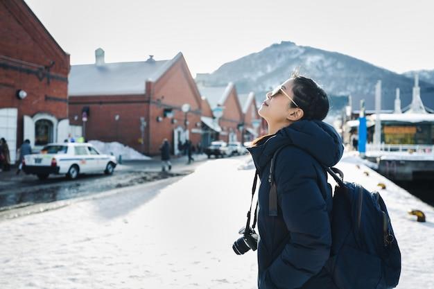 Podróż kobieta w sezonie zimowym