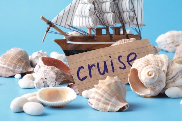 Podróż morska w wakacje concet ze skorupą i statkiem