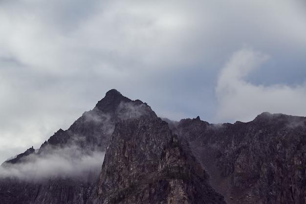 Podróż pieszo przez górskie doliny, piękno dzikiej przyrody, ałtaj