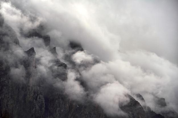 Podróż pieszo przez górskie doliny.