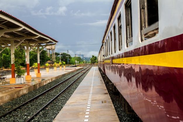 Podróż plecakiem przez styl życia pociągu w północnej tajlandii