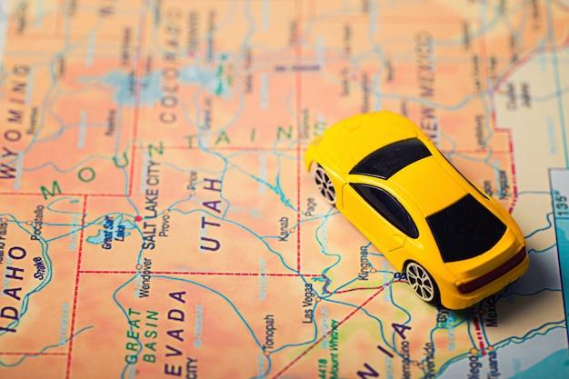 Podróż samochodem na wakacje. mapa z punktami