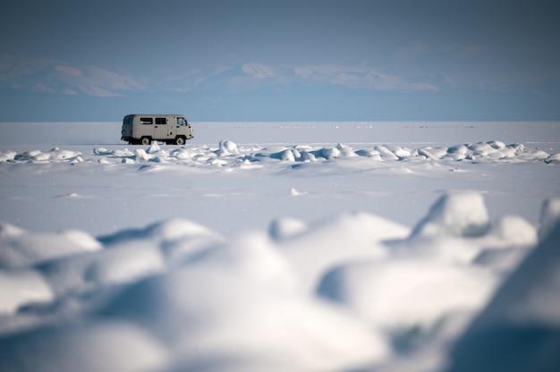 Podróż samochodem po jeziorze bajkał