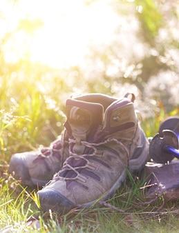 Podróż. turysta wybiera się na wędrówkę po górach - buty i kijki trekkingowe