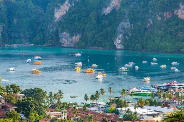 Podróż wakacje tło tropikalna wyspa z kurortami phi-phi wyspa krabi prowincja tajlandia