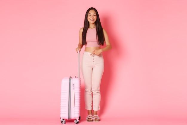 Podróże wakacje i koncepcja wakacji pełna długość pięknej azjatyckiej dziewczyny turystki w letnim stroju...