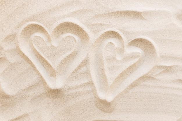 Podróże, wakacje, koncepcja księżyca miodu. kształty serca na piasku. miłość do dwojga.