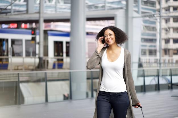 Podróżna kobieta podróżuje z telefonem komórkowym