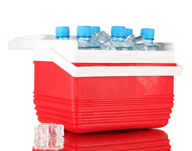 Podróżna lodówka z butelkami wody i kostkami lodu, na białym tle