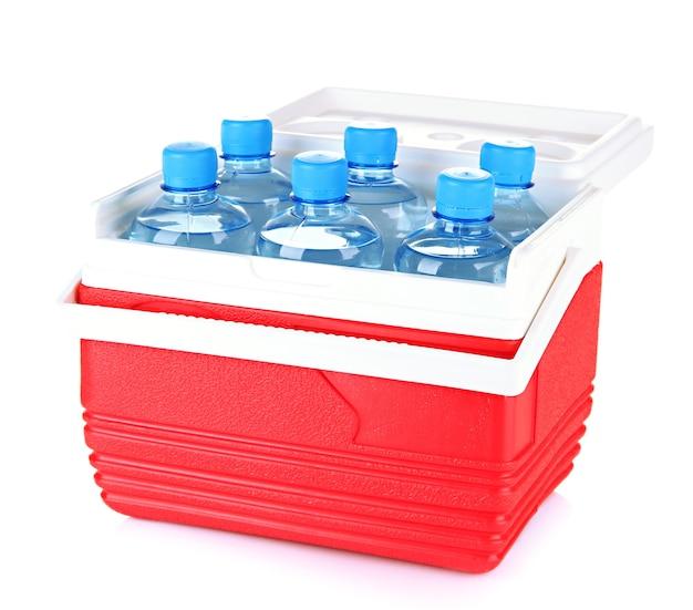 Podróżna lodówka z butelkami wody, na białym tle