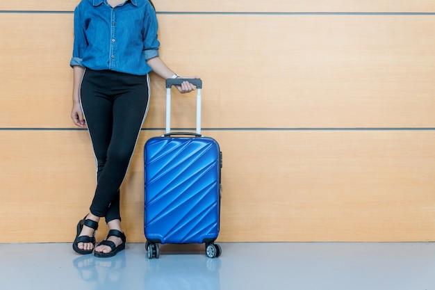 Podróżne kobiety i bagaż przy lotniskowym terminal podróżuje pojęcie