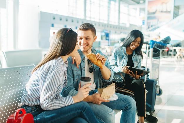 Podróżni czekający na opóźniony wylot na lotnisku