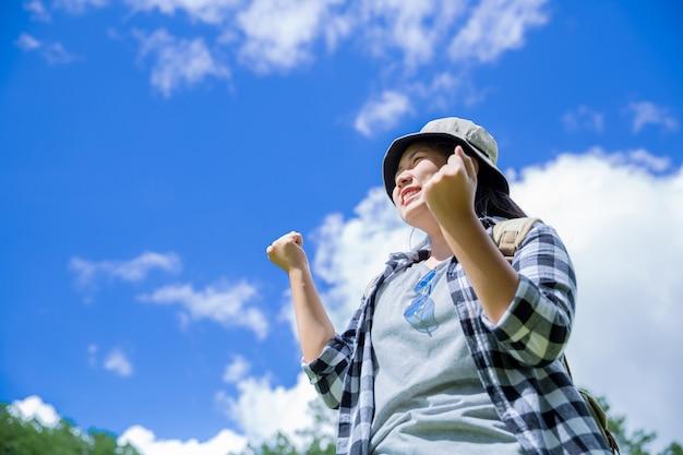 Podróżni, młode kobiety, patrzcie na niesamowite góry i lasy, pomysły na wędrówki, miejsca na wiadomości, wspaniałe chwile atmosfery.