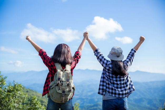 Podróżni, młode kobiety, patrzcie na niesamowite góry i lasy, pomysły na wędrówki,