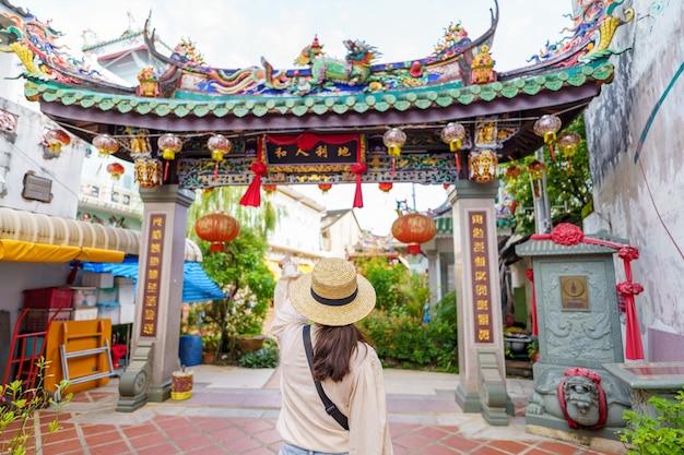 Podróżni na ulicy stare miasto w phuket z budową chińskiej architektury portugalskiej na starym mieście w phuket