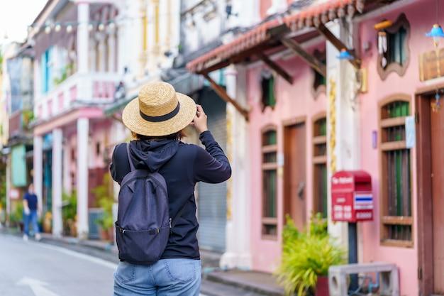 Podróżni na ulicy stare miasto w phuket z budową chińskiej architektury portugalskiej