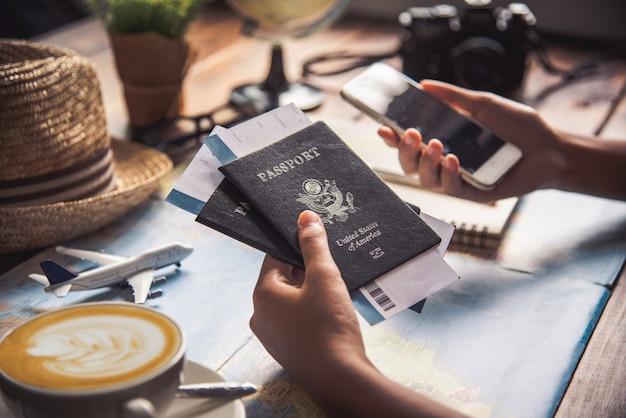 Podróżni planują podróż, wyszukując trasę na mapie i szukając informacji w internecie.