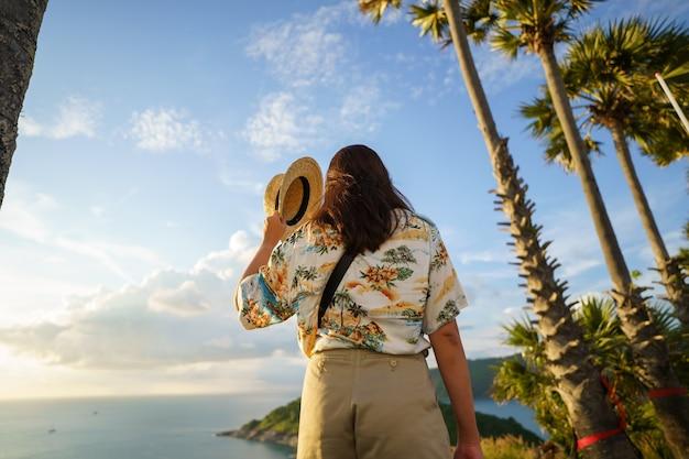 Podróżni w punkcie widokowym na przylądek phromthep na południu wyspy phuket w tajlandii. tropikalny raj