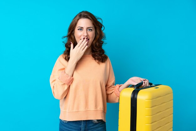 Podróżnicza kobieta z walizką z niespodzianka wyrazem twarzy