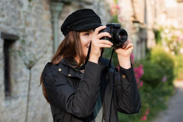 Podróżniczka korzystająca z profesjonalnego aparatu do nowych wspomnień