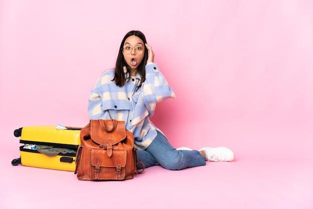Podróżniczka z walizką siedząca na podłodze coś sobie uświadomiła i ma zamiar znaleźć rozwiązanie