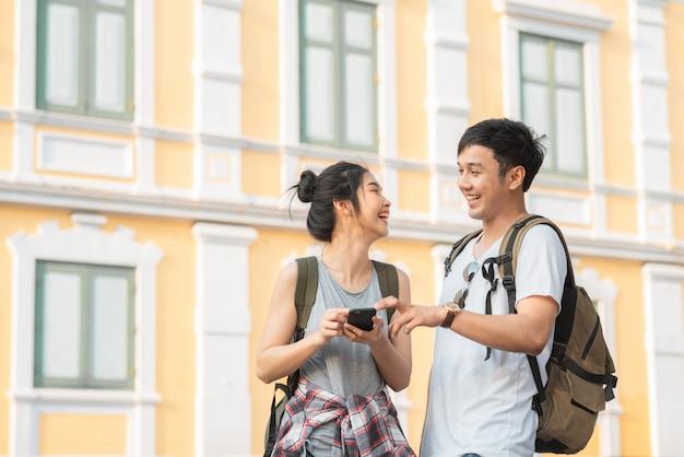 Podróżnik asian para kierunek na mapie lokalizacji w bangkoku w tajlandii