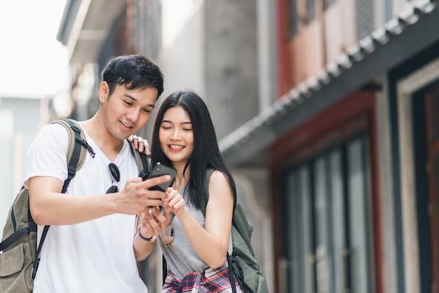 Podróżnik asian para kierunek na mapie lokalizacji w pekinie, chiny