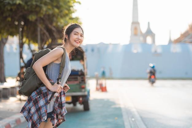 Podróżnik azjatycka kobieta podróżuje i chodzi w bangkok, tajlandia